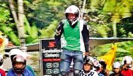 தரிந்து இஷார மெடிகும்புர என்ற 23 வயது இளைஞர் அண்மையில் அனுராதபுரத்தில் இருந்து குருணாகல் வரை 100 கிலோ மீட்டர் தூரம் மோட்டார் சைக்கிளில் நின்று கொண்டு ஓட்டி சாதனை படைத்த போது எடுத்த படம்